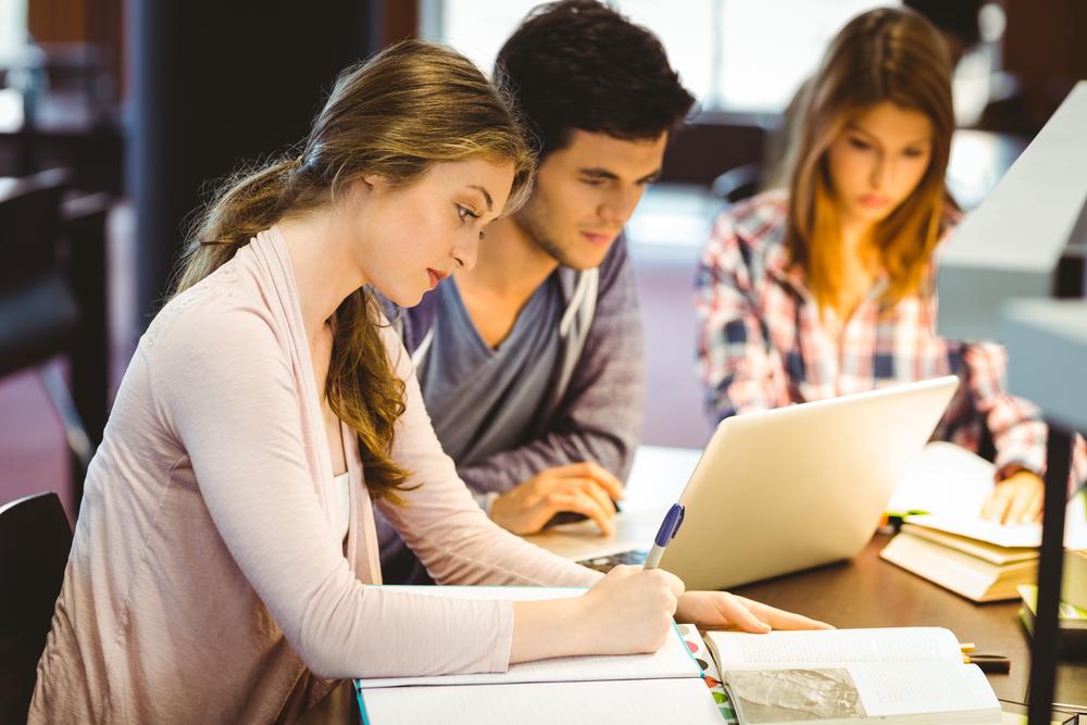 Studenci farmacji uczą się do egzaminu