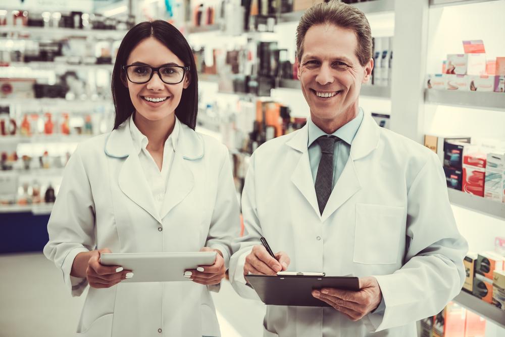Kierownik apteki i magister farmacji w czasie pracy