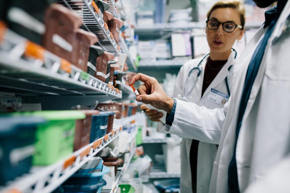 Praca w aptece szpitalnej – na czym polega i jakie niesie ze sobą wyzwania?